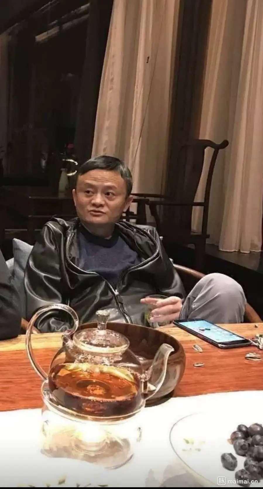 不愧是东哥!刘强东这坐姿,大佬风范 马应龙:奶茶乐…插图